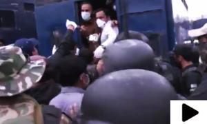 کوئٹہ میں حفاظتی کٹس کا مطالبہ کرنے والے ینگ ڈاکٹرز پر پولیس کا لاٹھی چارج