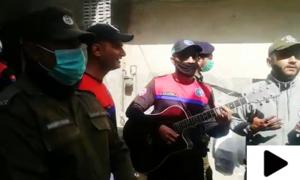 لاہور پولیس کا کورونا سے بچاؤ کی آگاہی کے لیے انوکھا انداز