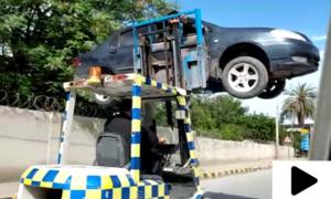 پشاور میں ٹریفک پولیس کی ڈرائیور سمیت گاڑی کو کارلفٹر میں اٹھانے کی ویڈیو وائرل