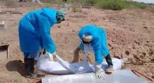 گلابوں کو ترستی قبریں: کورونا وائرس سے مرنے والوں کے غسل اور کفن دفن کا عمل