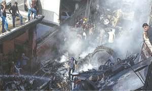 کراچی ایئرپورٹ کے قریب پی آئی اے کا مسافر طیارہ آبادی پر گر کر تباہ،97 افراد جاں بحق