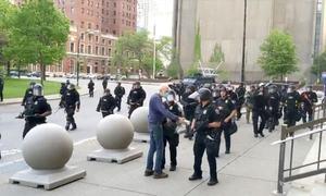 امریکا: پولیس کی مظاہرین پر تشدد کی ویڈیو وائرل، 2 افسران معطل