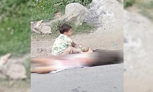 مقبوضہ کشمیر: بھارتی فورسز کے ہاتھوں 'قتل' نانا کی لاش پر بیٹھے نواسے کی تصویر نے دنیا کو ہلادیا