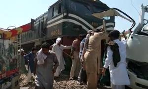 شیخوپورہ کے نزدیک مسافر کوسٹر ٹرین کی زد میں آگئی، 22 افراد ہلاک