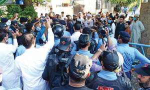 Police cordon off Jamia Hafsa to prevent cleric from visiting Lal Masjid
