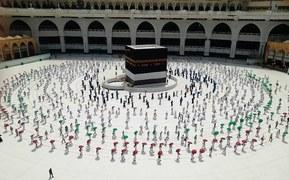 Pilgrims donning face masks, observing social distancing begin arriving in Makkah for Haj