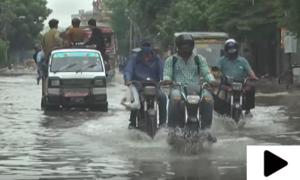 کراچی میں بارش کے باعث کئی علاقے تالاب کا منظر پیش کرنے لگے