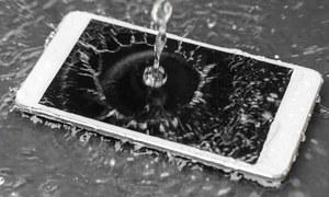 اسمارٹ فون پانی میں گرجائے تو اسے بچانے میں مددگار آسان ٹرکس جان لیں