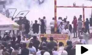 لاہور میں نیب کے آفس کے باہر لیگی کارکنوں اور پولیس اہلکاروں کے درمیان تصادم