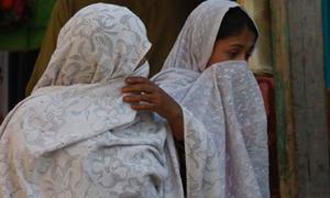 ہنگو میں غیرمعروف تنظیم کے خواتین کی شاپنگ پر پابندی کے پوسٹرز