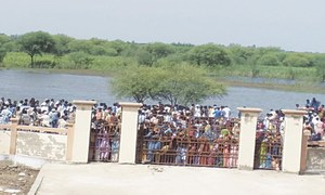 Many women faint as hundreds of flood-hit people throng relief distribution venue in Mirpurkhas