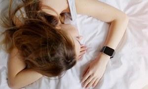 دوپہر کی نیند کو عادت بنانے سے جسم میں کیا تبدیلیاں آتی ہیں؟