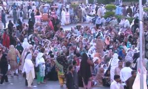 اسلام آباد: سرکاری ملازمین نے پارلیمنٹ ہاؤس  کے سامنے دھرنا دے دیا