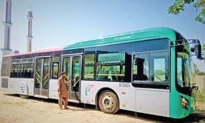 پشاور: 'موٹر کنٹرولر' میں خرابی کے باعث بی آر ٹی بسوں میں آگ لگی، رپورٹ