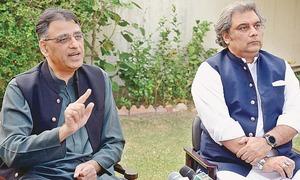 Umar berates Nawaz for vilifying army, institutions