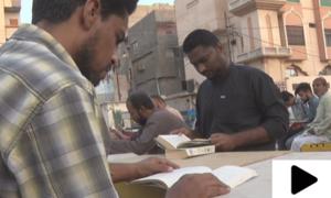 کراچی کے علاقے لیاری میں قائم اسٹریٹ لائبریری عوام کی توجہ کا مرکز
