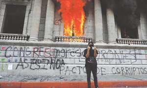 Protesters burn Guatemalan Congress to demand president resign