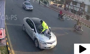 لاہور میں ٹریفک وارڈن تیز رفتار گاڑی کے بونٹ پر چڑھ گیا