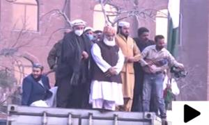مولانا فضل الرحمٰن کی کنٹینر پر نماز کی ادائیگی