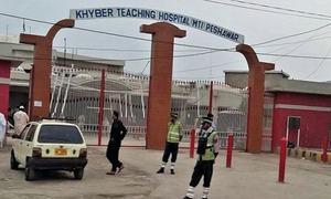 پشاور: 'غفلت' کے باعث کورونا مریضوں کی اموات پر ہسپتال ڈائریکٹر سمیت 7 افراد معطل
