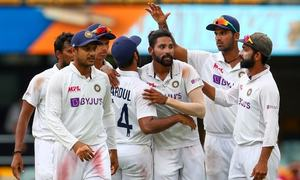 Decisive Test in balance as rain clouds Australia's victory push against India