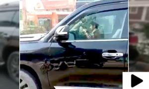 مصروف شاہراہ پر کمسن بچے کی گاڑی چلاتے ہوئے ویڈیو وائرل