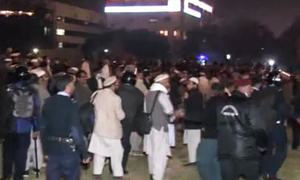 Islamabad police resort to shelling amid govt employees' protest for pay rise