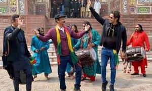 لاہور: مسجد وزیر خان کے سامنے ڈھول کی تھاپ پر علی ظفر اور شان کے دھمال کی ویڈیو وائرل