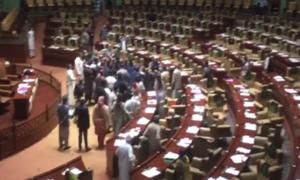 سندھ اسمبلی: پی ٹی آئی اراکین کا ایوان میں 'منحرف ارکان پر حملہ'، شدید ہنگامہ آرائی