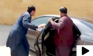 خرم شیر زمان ناراض رکن اسمبلی کریم گبول کو گاڑی میں بٹھا کر روانہ
