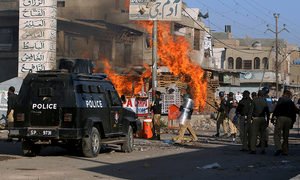 مختلف مقامات پر ٹی ایل پی کا احتجاج، تشدد سے پولیس کانسٹیبل ہلاک، املاک نذر آتش