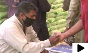 رمضان بچت بازار میں خریداروں کی انگلی پر سیاہی کا نشان لگایا جانے لگا