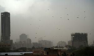 کراچی میں موسم اچانک تبدیل، گرد آلود طوفان کے ساتھ بارش، 4 افراد جاں بحق