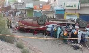 روہڑی میں مسافر بس الٹ گئی، 13 افراد جاں بحق
