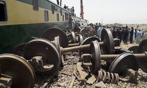 تصاویر: گھوٹکی کے قریب مسافر ٹرین حادثہ