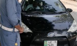 لاہور: پولیس نے ٹریفک قوانین کی 74 مرتبہ خلاف ورزی کرنے پر گاڑی تحویل میں لے لی