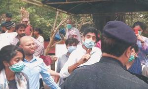 پولیس نے مکانات مسمار کرنے کے خلاف بلاول ہاؤس کے باہر احتجاج ناکام بنا دیا
