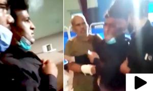 پولیس اہلکار نے نوجوان کو پکڑ کر زبردستی ویکسی نیشن کرادی