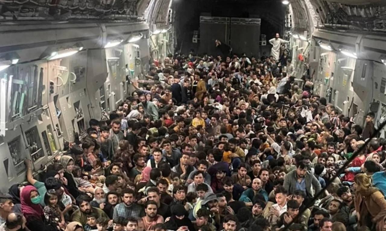 طالبان کے قبضے کے بعد افغانستان سے شہریوں کا انخلا جاری