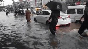 لاہور میں شدید بارش سے سڑکیں زیر آب، چھت گرنے سے تین بچے جاں بحق