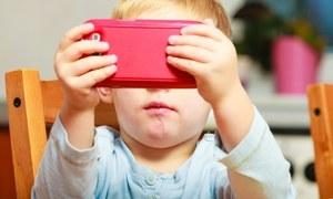 بچوں کا اسکرین کے سامنے زیادہ وقت گزارنا کیا اثرات مرتب کرتا ہے؟