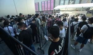 آئی فون 13 سیریز کو خریدنے کے لیے مختلف ممالک میں لوگوں کی لمبی قطاریں
