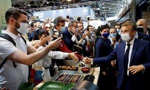 تجارتی میلے میں فرانسیسی صدر پر انڈا پھینک دیا گیا