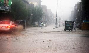 سمندری طوفان 'شاہین'، کراچی کے مختلف علاقوں میں تیز ہواؤں کے ساتھ بارش