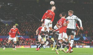 United win in chaos; Bayern, Juve do it easy