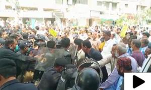 کراچی میں احتجاج کرنے والے نابینا افراد پر پولیس کا لاٹھی چارج