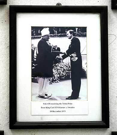 ڈاکٹر عبدالسلام 1979 میں پاکستانی لباس میں نوبیل انعام وصول کررہے ہیں۔ فائل تصویر اے ایف پی