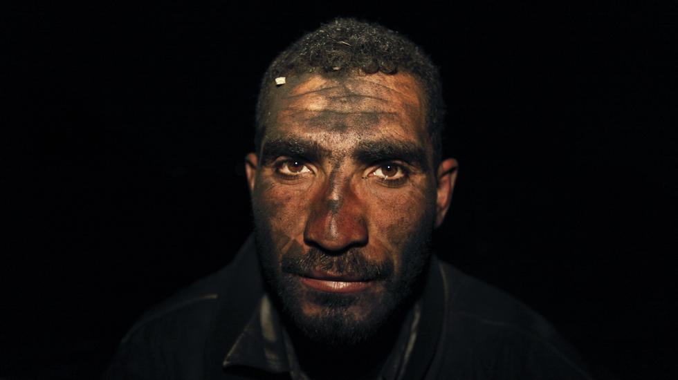 ایک فلسطینی کارکن کام کے دوران۔
