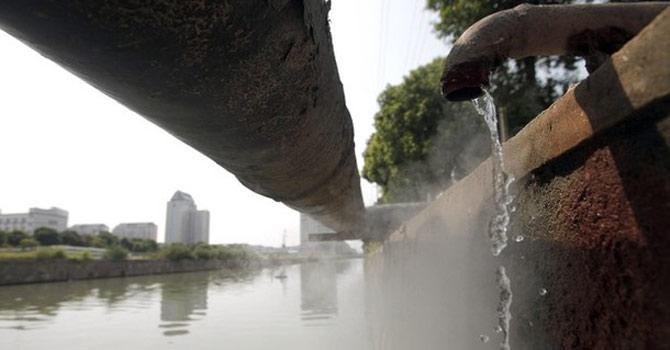 ایک سروے کے مطابق پاکستان میں صنعتوں سے خارج ہونے والے  آلودہ پانی کی صرف ایک فیصد مقدار صاف کی جاتی ہے۔ رائٹرز تصویر