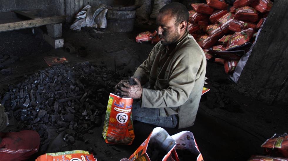 کوئلے کی تیاری کے بعد اسے مار کیٹ میں فروخت کرنے کے لیے پیک کیا جاتا ہے۔